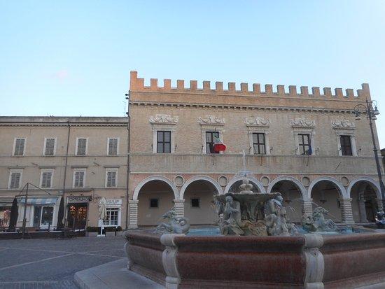 palazzo ducale e fontana - VIAGGIO A URBINO, URBANIA E PESARO 14/15 novembre 2020
